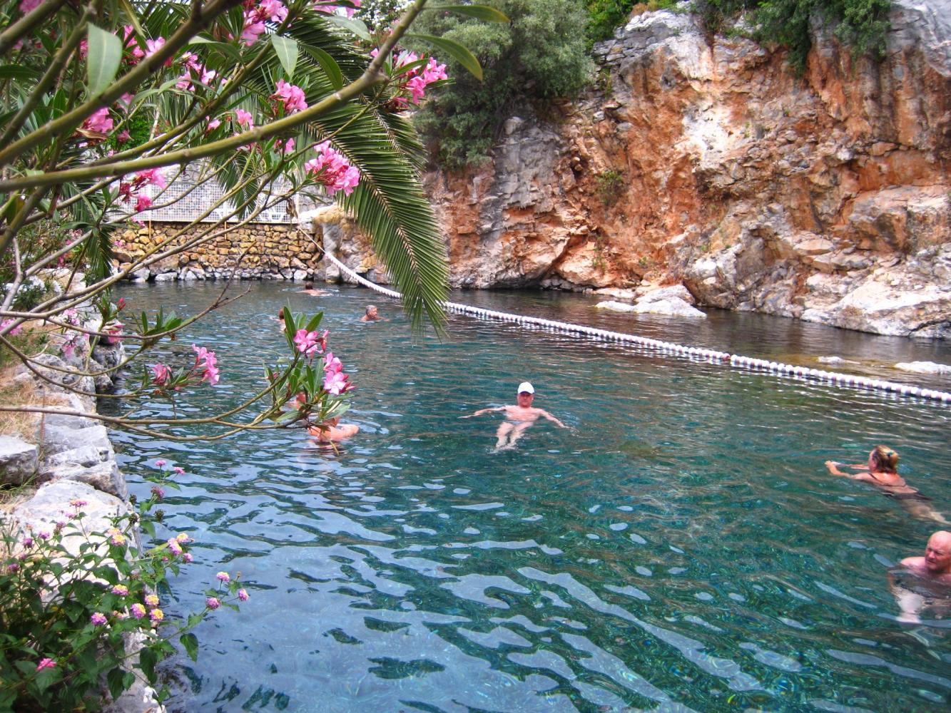 бассейн Клеопатры с минеральной водой