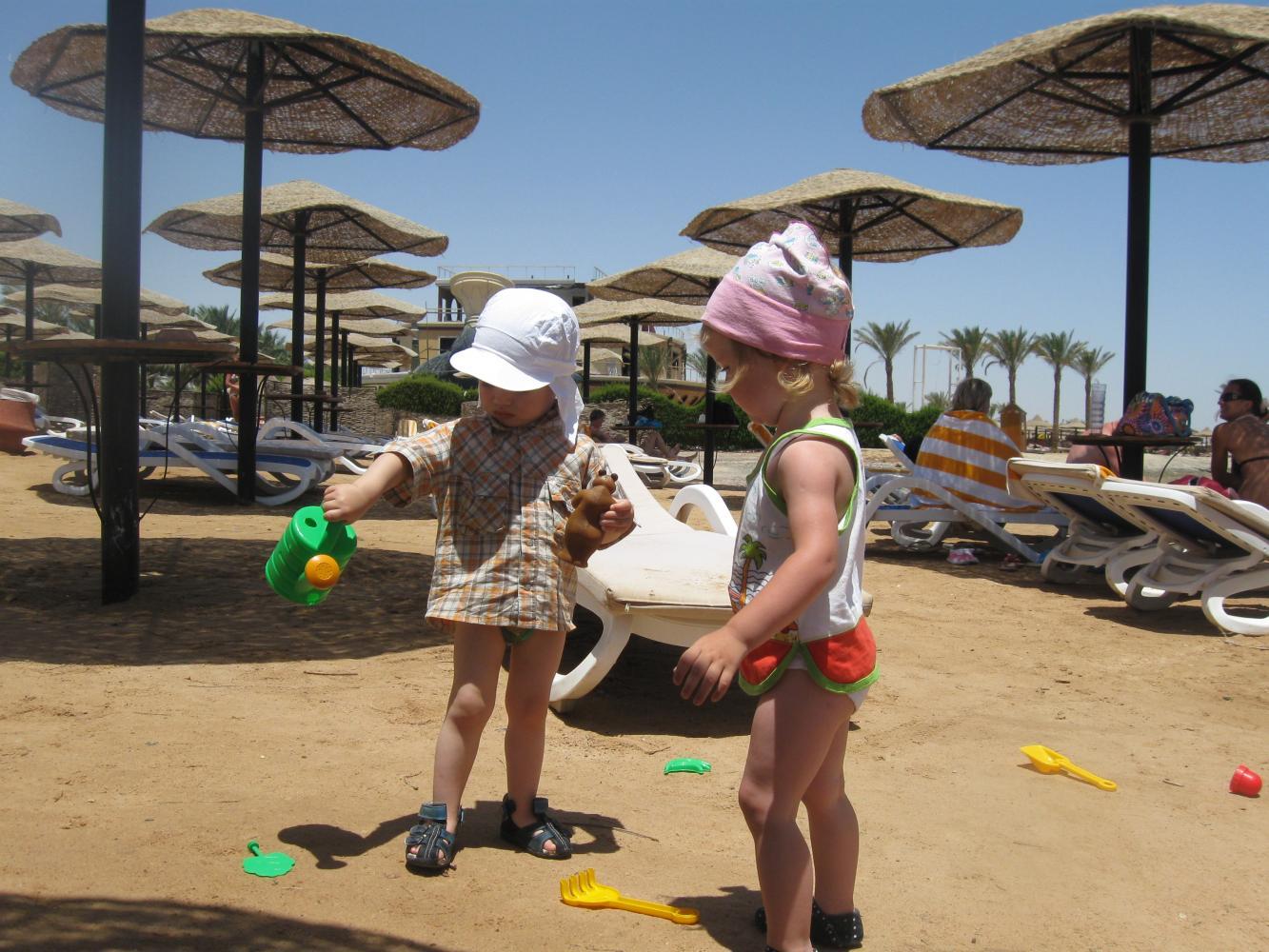 Наш ребенок играет на пляже