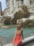 Вид на фонтан Треви сбоку