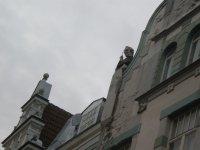Человек, смотрящий с крыши