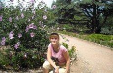 Цветущий кустарник в Никитском ботаническом саду.