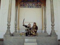 Дети переоделись в местных принцев)