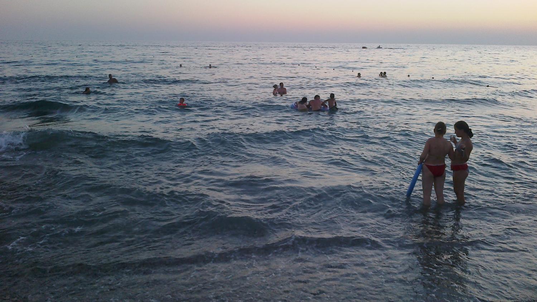 Ну вот такой пляж.Видно галечный берег