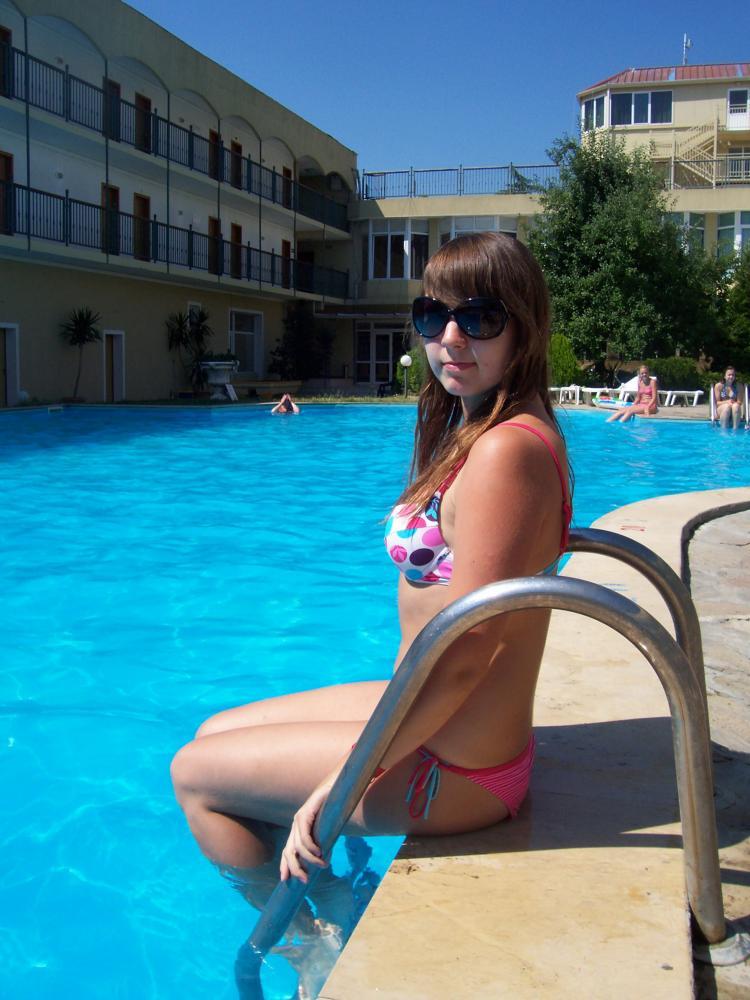 На бассейне в отеле