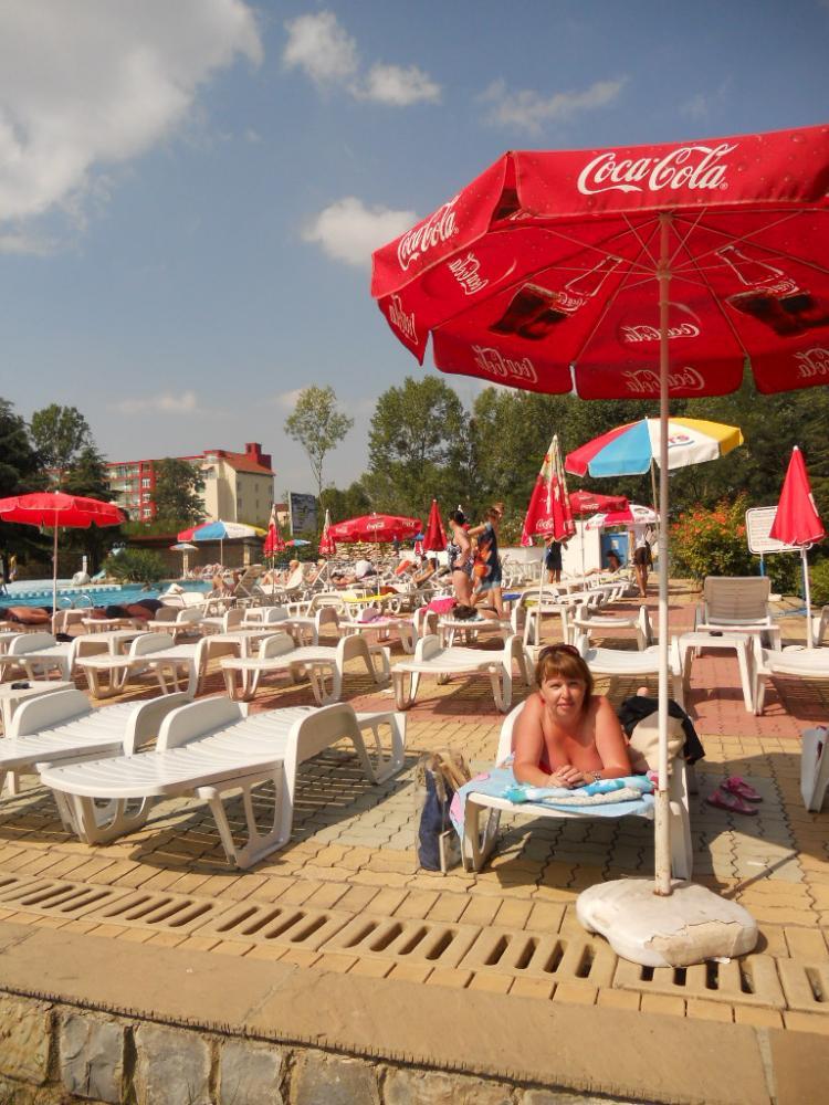 Комфортный бассейн с баром на территории отеля