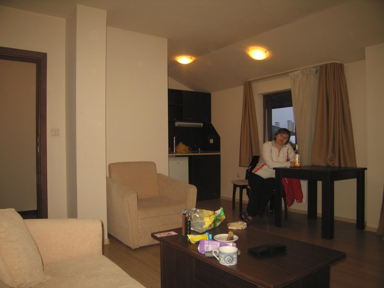 Апартаменты с кухней, слева вход в коридор, где прихожая и ванная, далее спалня