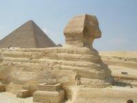 Сфинкс и одна из египетских пирамид