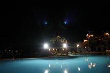 вечером бассейн принимает вид нло