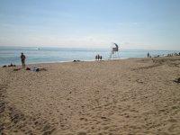 Широченный пляж (в сезон тут стоят шезлонги и зонты)