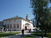Паломники и туристы в монастыре.