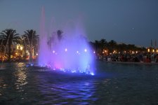 Танцующий фонтан, где вечером собирается очень много зрителей