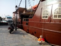 Старый корабль в порту