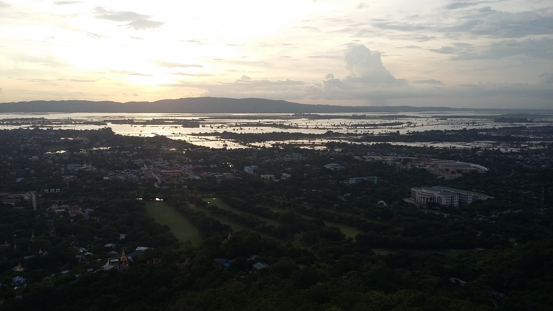 Закат на реке Иравади
