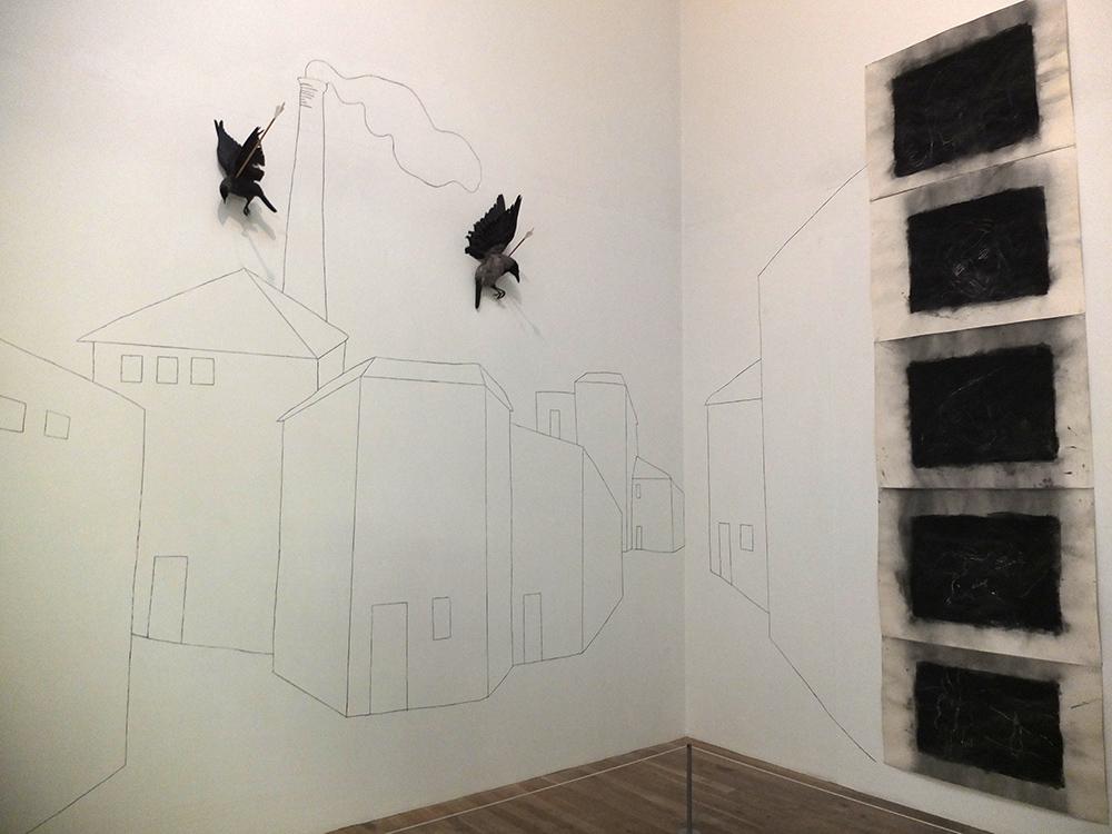 Тейт Модерн: встречает посетителей экспозиция с мертвыми воронами. Дым на небе, дым на земле...