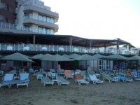 Пляж и ресторан.