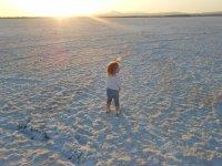 Дите посреди Соленого озера Ларнаки
