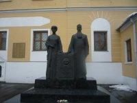 Памятник Рерихам зимой.