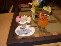 Вкусное мороженое и коктейль из бара:)