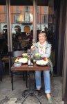Обед в кафе (это столик в витрине)