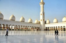 Площадь перед  Белой мечетью шейха Заида