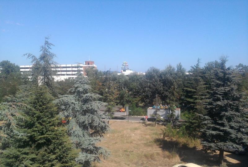 Вид из окна номера 3го этажа в сторону моря