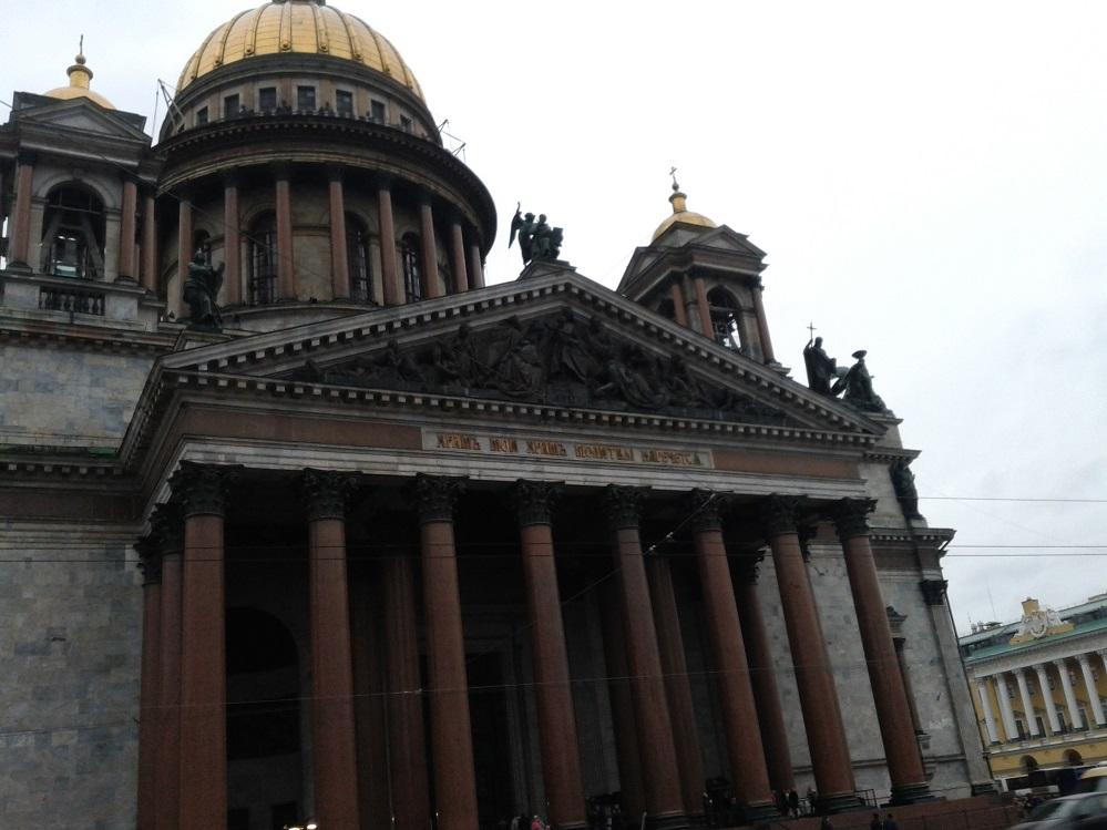 Вход в собор и колоннада над ним