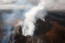 Дымящийся кратер самого большого вулкана в мире Мауна Лоа
