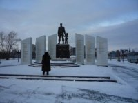 Площадь у музея с памятником погибшим сотрудникам силовых структур.