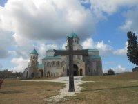 Крест напротив храма