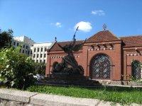 Красный костел и скульптура Св.Георгия