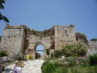 Ворота на входе в храм
