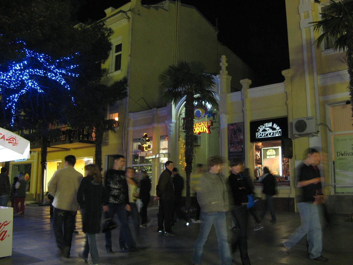 Набережная имени Ленина недалеко от отеля