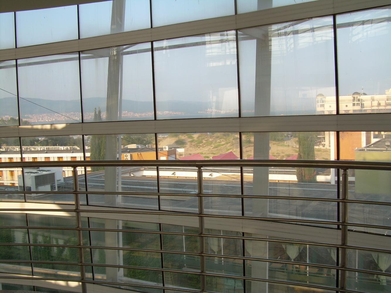 Вид через стеклянные стены отеля