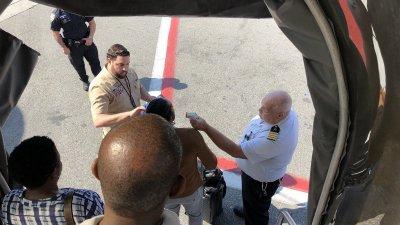 У пассажиров рейса из Дубая проверяют температуру и собирают личные данные. Фото Larry Coben (@LarryCoben)