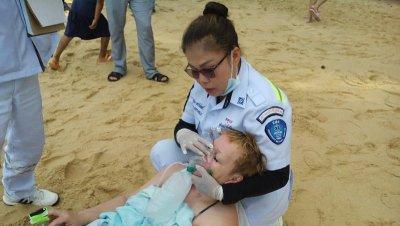 Медики оказывают помощь пострадавшей на пляже Найтон. Фото Eakkapop Thongtub, The Phuket News