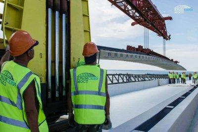 Строители укладывают первые рельсы Крымского моста. Фото: официальный информационный сайт строительства Крымского моста