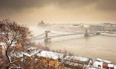 Цепной мост Сечени и вид на зимний Будапешт, Венгрия