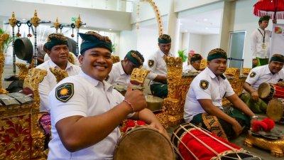 Встреча пассажиров «России» в международном аэропорту Бали. Фото туристического офиса «Визит Индонезия»