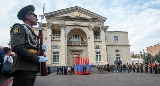 Прогулка по государственным объектам Еревана