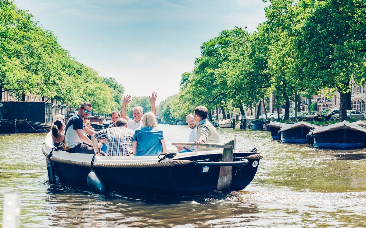 По каналам на арендованной лодке с капитаном и гидом в одном лице