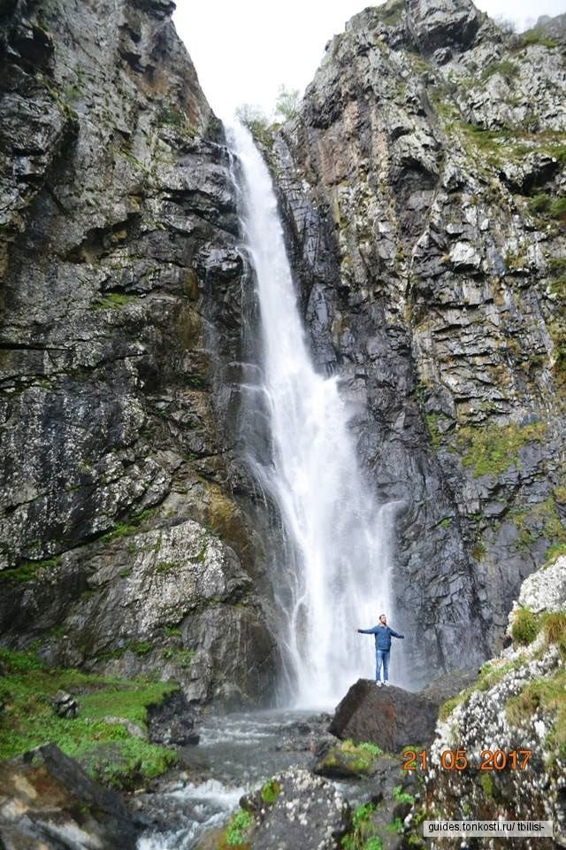 Крестовый перевал, водопад в живописном ущелье и храм в Казбеги