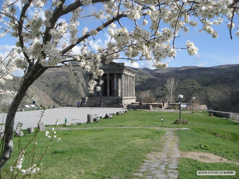 Языческий храм богу Солнца в деревне Гарни и монастырь Гегард, выдолбленный в скалах