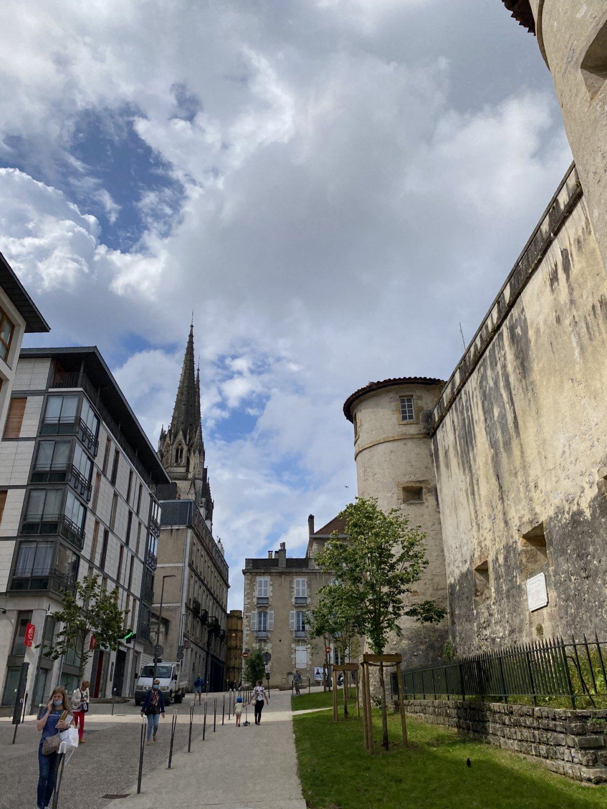 «Столица французской страны басков, город ветчины и шоколада»