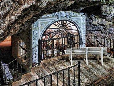 Действующее святилище в гроте + музей оливок + город Сегорбе