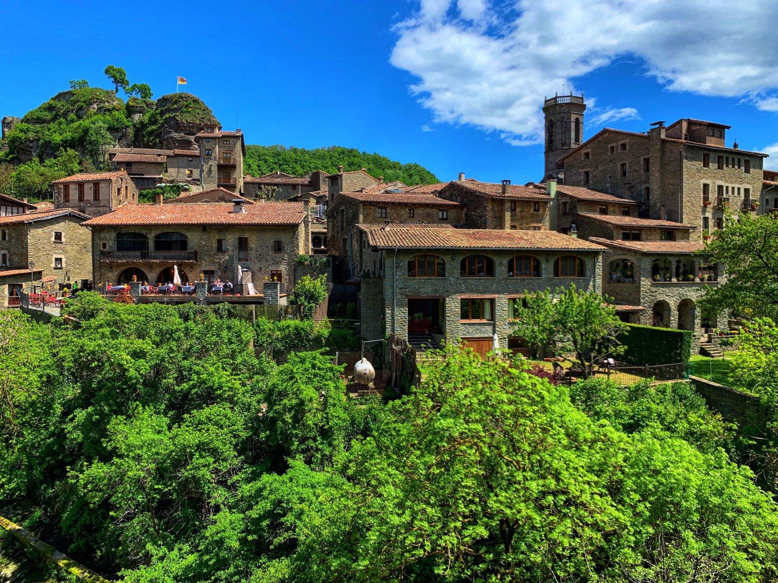 Город ведьм Рупит, город на скале Кастельфолит де Ла Рока и рыцарский город Бесалу