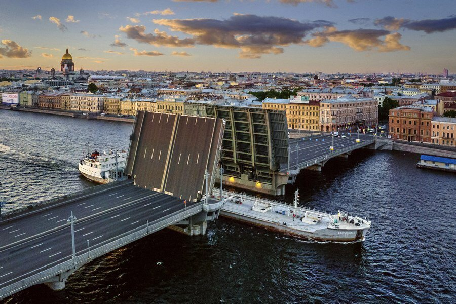 Посмотреть с крыши, как разводят мосты!
