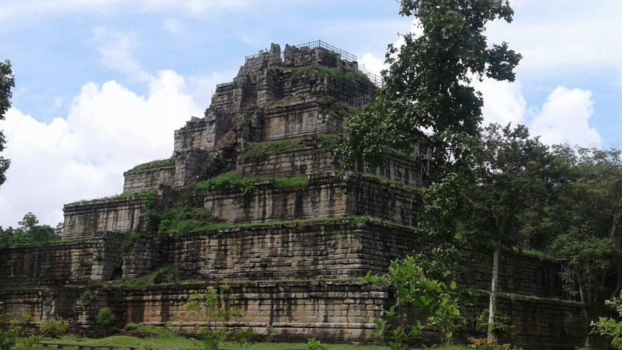 Затерянная столица и заброшенные храмы: уникальная загадочная пирамида Кох Кер и храм Бенг Милиа