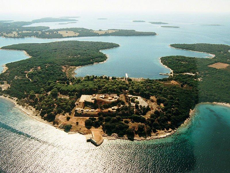 Архипелаг островов Бриуни и город Ровинь