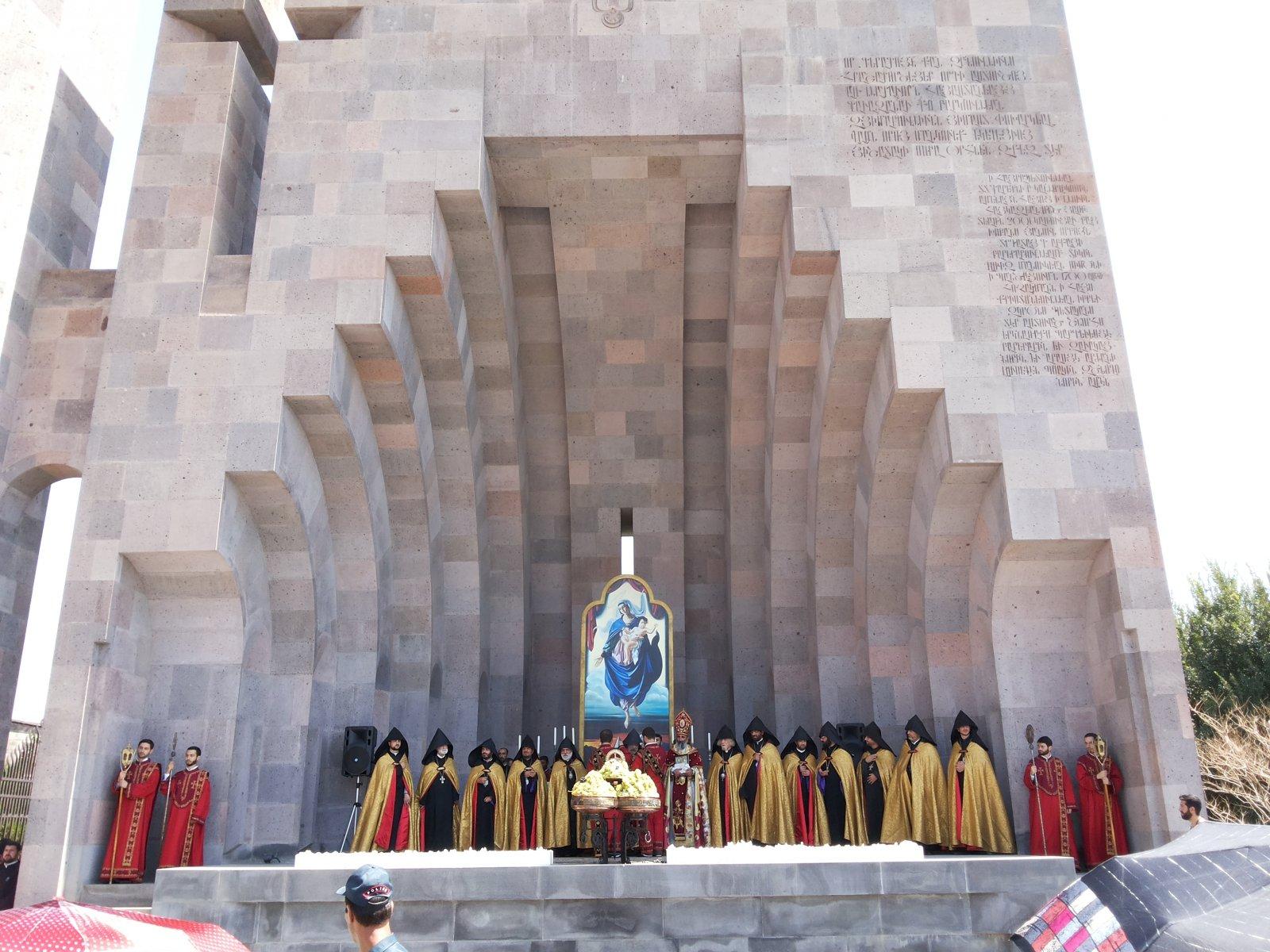 Эчмиадзин — духовный центр Армянской апостольской церкви. Кафедральный собор и храм Бдящих Ангелов
