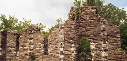 Руины крепости в Лоо